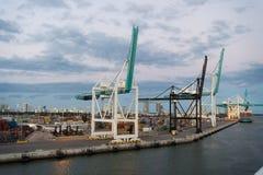 迈阿密,美国- 2016年3月01日:与起重机和货箱的海容器口岸 口岸或终端多云天空的 货物shi 免版税库存照片