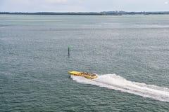 迈阿密,美国- 2015年11月22日:快艇移动在海水斋戒 速度,极端,能量,力量 小船,船,运输 Wanderlu 免版税库存照片
