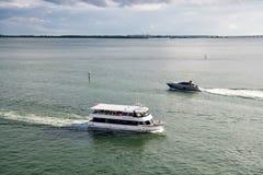 迈阿密,美国- 2015年11月22日:船和小船在蓝天的海漂浮 水运输,船 暑假,旅行 苍白 库存照片