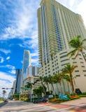 迈阿密,美国- 5月07,2018 :与棕榈树的现代公寓在林斯大道 免版税图库摄影