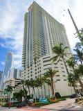 迈阿密,美国- 5月07,2018 :与棕榈树的现代公寓在林斯大道 免版税库存照片