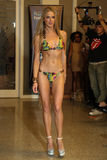 迈阿密- 7月17 :模型走Karo游泳衣汇集的跑道 免版税图库摄影
