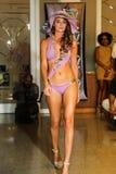 迈阿密- 7月17 :模型走Karo游泳衣汇集的跑道 库存图片