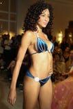 迈阿密- 7月17 :模型走Karo游泳衣汇集的跑道 免版税库存图片