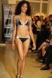 迈阿密- 7月17 :模型走Karo游泳衣汇集的跑道 免版税库存照片