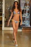迈阿密- 7月17 :模型走Karo游泳衣汇集的跑道 图库摄影