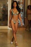 迈阿密- 7月17 :模型走Karo游泳衣汇集的跑道 库存照片