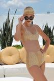 迈阿密- 7月17 : 式样摆在浪潮旅馆屋顶Norma Kamali汇集的春天夏天2012年 库存照片