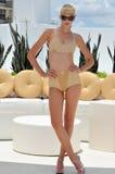 迈阿密- 7月17 : 式样摆在浪潮旅馆屋顶Norma Kamali汇集的春天夏天2012年 免版税库存图片