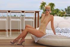 迈阿密- 7月17 : 式样摆在浪潮旅馆屋顶Norma Kamali汇集的春天夏天2012年 免版税图库摄影