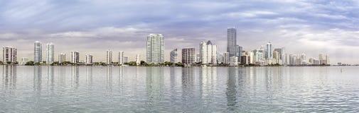 迈阿密从比斯坎海湾的地平线全景 免版税库存照片