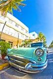 从1954个立场的老Buick作为在著名Avalon旅馆前面的吸引力在迈阿密Beach 免版税库存照片