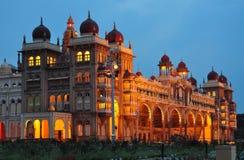 迈索尔宫殿在印度在晚上照亮了 库存图片
