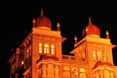 迈索尔宫殿在印度在晚上照亮了 免版税库存照片