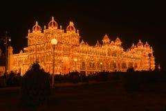 迈索尔宫殿在印度在晚上照亮了 图库摄影
