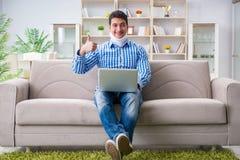 运作从家的一个子宫颈衣领护颈垫的人自由职业者 库存图片
