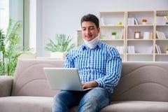 运作从家的一个子宫颈衣领护颈垫的人自由职业者 免版税图库摄影