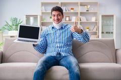 运作从家的一个子宫颈衣领护颈垫的人自由职业者 免版税库存图片