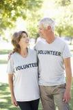 运作作为志愿小组一部分的资深夫妇 免版税库存图片
