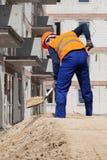 运作使用铁锹的建造者 免版税库存照片