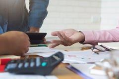 运作办公室的企业和财务的概念,商人配合谈论经营计划在办公室 免版税库存图片