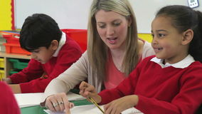 运作在与帮助他们的老师的表上的学生 股票视频