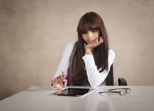 运作在书桌的幼小美丽的商业主管 免版税库存照片