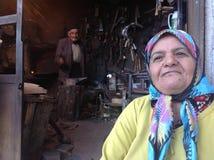 运作在他们的铁匠商店的老工匠夫妇在Roudbar,伊朗 免版税图库摄影