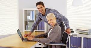 运作在办公室的愉快的businessteam 免版税库存照片