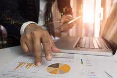 运作在办公室财务概念的成功商人两次曝光 免版税图库摄影