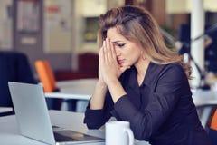 运作在办公计算机的年轻繁忙的美好的拉丁女商人痛苦重音 库存照片