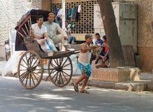运作在加尔各答,印度的人力车司机 免版税图库摄影