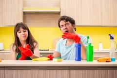 运作在厨房的年轻夫妇 免版税库存照片