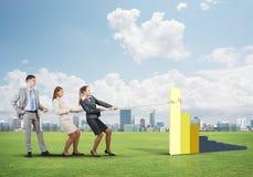 运作在合作的Businessteam做图增长并且进步 免版税库存图片