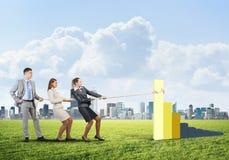 运作在合作的Businessteam做图增长并且进步 库存图片