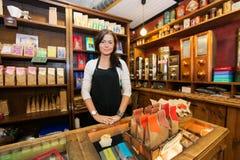 运作在咖啡店的女性推销员画象 免版税库存照片