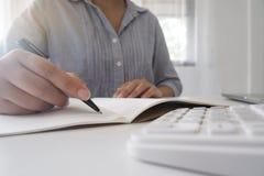 运作在她的办公室的专业女实业家的播种的图象通过使用笔记本电脑设备的膝上型计算机年轻女性经理 免版税库存照片