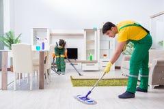 运作在房子的清洁专业承包商 免版税库存照片