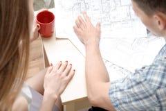 运作在投影的两年轻建筑学 图库摄影