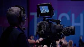 运作在政治新闻招待会的Videographer 股票录像