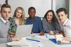 运作在教室的小组少年学生 免版税库存照片