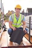 运作在新的大厦屋顶的建造者  库存照片