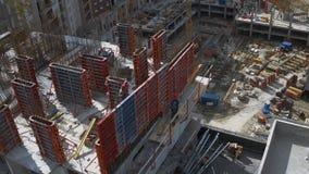 运作在未完成的居民住房工地工作屋顶的建造者  影视素材