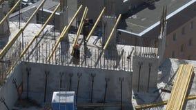 运作在未完成的居民住房工地工作屋顶的建造者  股票视频
