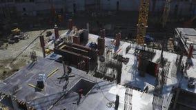 运作在未完成的居民住房工地工作的建造者 股票视频