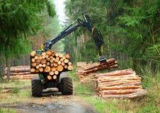 运作在森林里的收割机 免版税库存照片