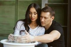 运作在横式转盘的浪漫夫妇 免版税库存照片