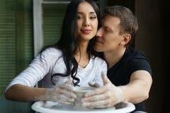 运作在横式转盘的浪漫夫妇 免版税库存图片