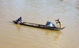 运作在河的渔夫夫妇 免版税图库摄影
