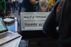 运作在混合的控制台的Soundman 库存照片